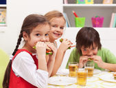 Kids chomping on sandwiches — Stock Photo