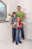 Děti s otcem chystají malovat pokoj — Stock fotografie