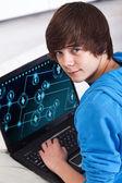 Adolescent avec ordinateur portable — Photo