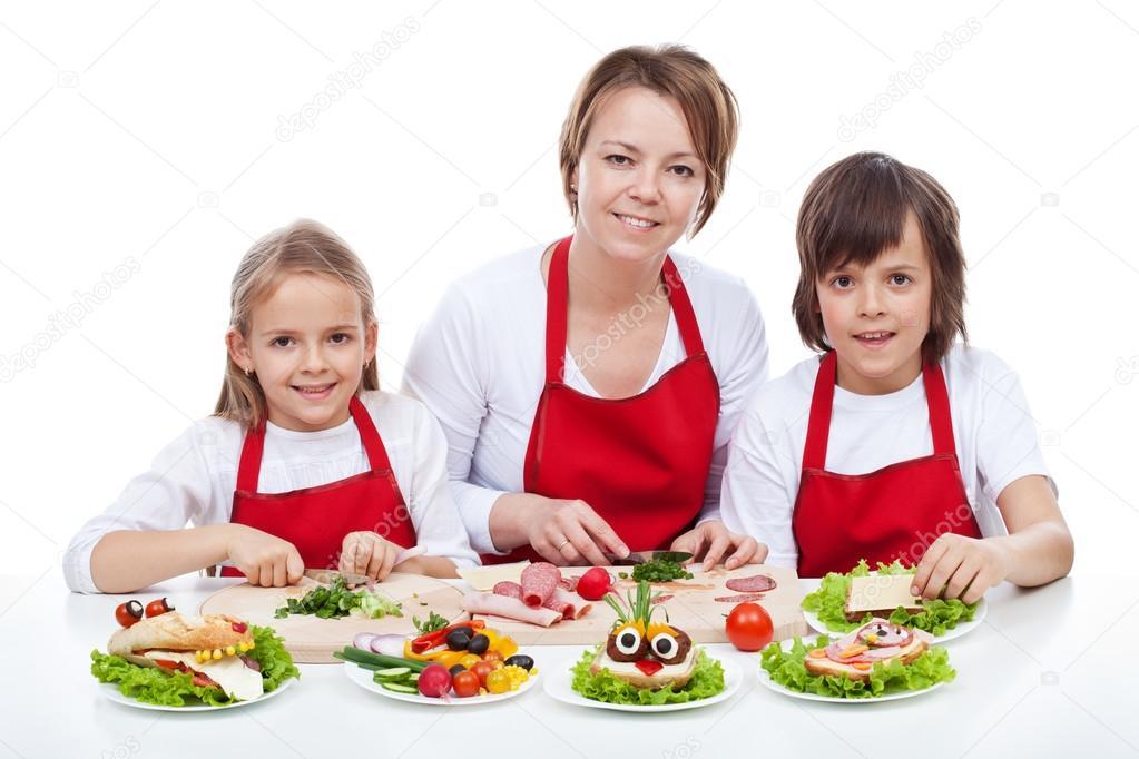 Mujer y niños haciendo criatura creativa comida bocadillos — fotos ...