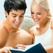Glad par med organizer, inomhus — Stockfoto