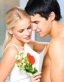 Pareja con rosas y san valentín tarjeta — Foto de Stock