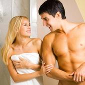 Glada unga par, på badrum — Stockfoto