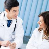 Portret szczęśliwy, uśmiechnięty medycznych w urzędzie — Zdjęcie stockowe
