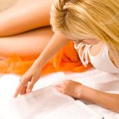 Woman reading book on beach — Stock Photo