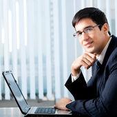 Uomo d'affari, lavorando con il portatile — Foto Stock