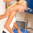 Happy couple washing dishes - Stockfoto