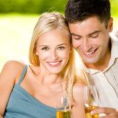 Młoda para zadowolony z szampanem, odkryty — Zdjęcie stockowe