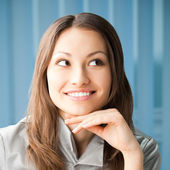 Thinkihg smiling young businesswoman — Stockfoto