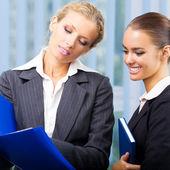 Mujeres empresarias con documentos en la oficina — Foto de Stock