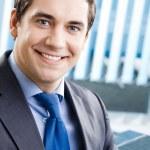 オフィスでの笑みを浮かべてビジネスマンの肖像画 — ストック写真