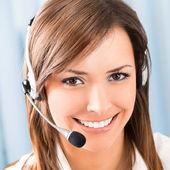 Szczęśliwy uśmiechający się wsparcie telefonu operatora w urzędzie — Zdjęcie stockowe