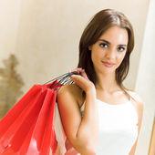 Giovane donna felice con borse della spesa — Foto Stock