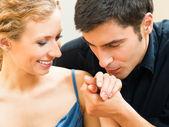 Alegre sonriente pareja joven, en el interior — Foto de Stock