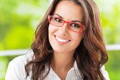 Mladý usmívající se vesele podnikatelka v kanceláři — Stock fotografie