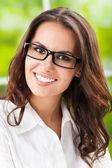Jeune femme souriante heureuse au bureau — Photo