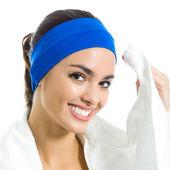 Glad kvinna i fitness slitage med handduk, över vita — Stockfoto