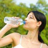 Retrato de mujer agua potable al aire libre — Foto de Stock