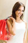 Joven feliz con bolsas de compras — Foto de Stock
