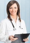 Allegro medico femmina all'ufficio — Foto Stock