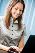 Young business woman with laptop — Foto de Stock