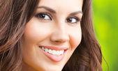 Junge glücklich lächelnde frau, im freien — Stockfoto