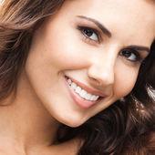 Retrato de mujer hermosa, en blanco — Foto de Stock