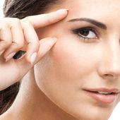 Femme touchant la peau ou application de crème, isolé — Photo