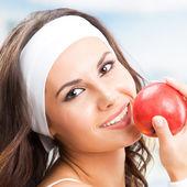 Donna con mela, presso il centro fitness — Foto Stock