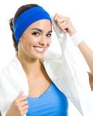 Veselá žena ve fitness oblečení s ručníkem přes bílý — Stock fotografie