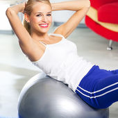 žena s fitball doma — Stock fotografie