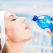 žena pitné vody, ve fitness klubu — Stock fotografie