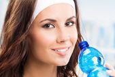 Mujer con botella de agua, en el club de fitness — Foto de Stock