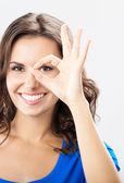 Jeune femme montrant le geste correct, plus gris — Photo