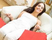 Ung glad kvinna med kassar och påsar — Stockfoto