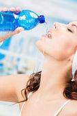 Kadın içme suyu, fitness club — Stok fotoğraf
