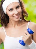 Mulher exercícios com halteres, ao ar livre — Foto Stock