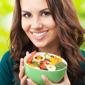 Jonge vrouw met salade, buitenshuis — Stockfoto