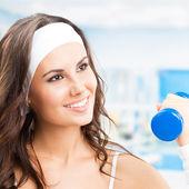 Mulher exercícios com halteres, no centro de fitness — Foto Stock