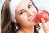 Vrouw met apple, op fitness center — Stockfoto