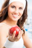 苹果,在健身中心的女人 — 图库照片