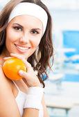 橙色,在健身中心的女人 — 图库照片