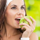 Donna del fitness indossare con apple, all'aperto — Foto Stock