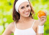 与橙色,户外健身的女人穿 — 图库照片