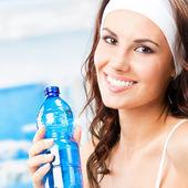 Mulher com garrafa de água, no centro de fitness — Foto Stock