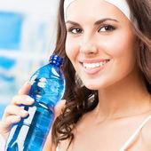 Água potável de mulher, no clube de fitness — Fotografia Stock