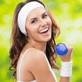 Mujer haciendo ejercicios con mancuernas, al aire libre — Foto de Stock