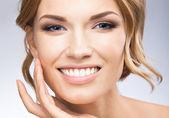 Donna contatto pelle o applicazione di crema, sul grigio — Foto Stock