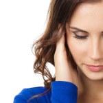 мышление, устал или болен с молодой женщиной головная боль — Стоковое фото