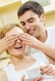 Veselý usměvavý mladý pár, uvnitř — Stock fotografie